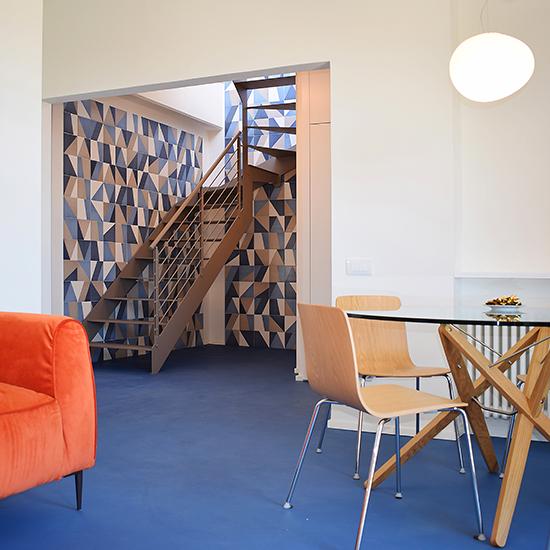 Studio di architettura a Lucca B3 Arch - Attico fronte mare in quartiere anni '60. Il fulcro del progetto è la scala che porta alla grande terrazza